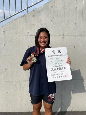 女子ハンマー投で優勝した栗田さん